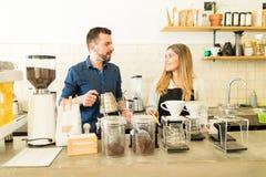 Δύο baristas που λειτουργούν σε έναν καφέ Στοκ φωτογραφία με δικαίωμα ελεύθερης χρήσης