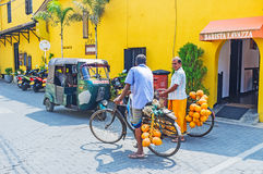 Δύο bicyclers σε Galle στοκ φωτογραφία με δικαίωμα ελεύθερης χρήσης