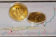 Δύο bitcoins και διάγραμμα Στοκ Φωτογραφία