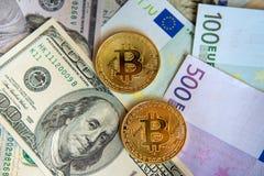 Δύο bitcoins στα ονομασμένα δολάρια και την ευρο- επένδυση, σειρά μαθημάτων Στοκ Φωτογραφίες