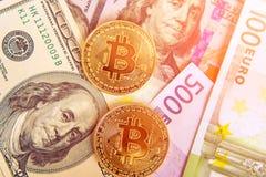 Δύο bitcoins στα ονομασμένα δολάρια και την ευρο- επένδυση, σειρά μαθημάτων Στοκ Εικόνες