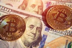 Δύο bitcoins στην επένδυση λογαριασμών δολαρίων, αλλαγή σειράς μαθημάτων - concep Στοκ Φωτογραφία