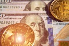 Δύο bitcoins στην επένδυση λογαριασμών δολαρίων, αλλαγή σειράς μαθημάτων - concep Στοκ φωτογραφίες με δικαίωμα ελεύθερης χρήσης