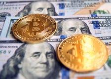 Δύο bitcoins στην επένδυση λογαριασμών δολαρίων, αλλαγή σειράς μαθημάτων - concep Στοκ Φωτογραφίες