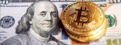Δύο bitcoins στην επένδυση λογαριασμών δολαρίων, αλλαγή σειράς μαθημάτων - concep Στοκ φωτογραφία με δικαίωμα ελεύθερης χρήσης