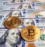 Δύο bitcoins στην επένδυση λογαριασμών δολαρίων, αλλαγή σειράς μαθημάτων - concep Στοκ Εικόνες