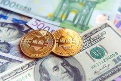 Δύο bitcoins στο δολάριο και την ευρο- επένδυση λογαριασμών, συναλλαγματική ισοτιμία Στοκ Εικόνες