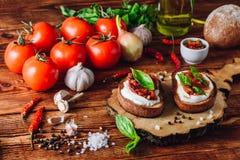 Δύο Bruschettas με τις ντομάτες και την πικάντικη σάλτσα Στοκ Εικόνες