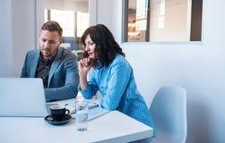 Δύο businesspeople εργασία σε ένα lap-top σε ένα γραφείο Στοκ φωτογραφίες με δικαίωμα ελεύθερης χρήσης