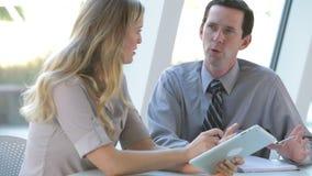 Δύο Businesspeople με την ψηφιακή ταμπλέτα στη συνεδρίαση απόθεμα βίντεο