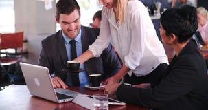 Δύο Businesspeople που διοργανώνουν τη συνεδρίαση στη καφετερία φιλμ μικρού μήκους