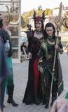 Δύο cosplayers έντυσαν ως ροδοκόκκινοι δράκος και Loki χαρακτήρων Στοκ Εικόνες