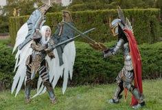 Δύο cosplayers έντυσαν ως χαρακτήρες Uriel και Paladin λιμανιών Στοκ εικόνα με δικαίωμα ελεύθερης χρήσης