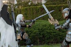 Δύο cosplayers έντυσαν ως χαρακτήρες Uriel και Paladin λιμανιών Στοκ Εικόνες