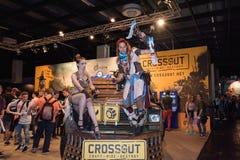 Δύο cosplayers θέτουν στο θάλαμο του παιχνιδιού Crossout σε Gamescome Στοκ Φωτογραφίες