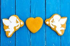 Δύο cupids και μια καρδιά Σύνθεση στο κέντρο βαλεντίνος ημέρας s Επίπεδος βάλτε Στοκ Εικόνες