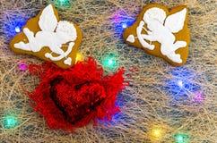 Δύο cupids και μια κόκκινη καρδιά βαλεντίνος ημέρας s Πολύχρωμη γιρλάντα Επίπεδος βάλτε Στοκ Εικόνα