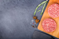 Δύο cutlets βόειου κρέατος στο ξύλινο πιάτο Στοκ Φωτογραφίες