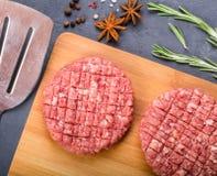 Δύο cutlets βόειου κρέατος στο ξύλινο πιάτο Στοκ φωτογραφία με δικαίωμα ελεύθερης χρήσης