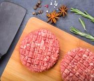Δύο cutlets βόειου κρέατος στο ξύλινο πιάτο Στοκ Εικόνα