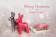Δύο deers Χριστουγέννων με τα έλκηθρα Χαρούμενα Χριστούγεννα - σχέδιο αφισών ή καρτών απεικόνιση αποθεμάτων