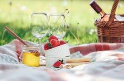Δύο goblets κρασιού, η φρέσκια φράουλα, το μέλι και το κρασί είναι εξυπηρετούμενα FO Στοκ Εικόνες
