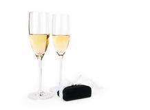 Δύο goblets σαμπάνιας με το κιβώτιο κοσμηματοπωλών Στοκ Φωτογραφίες
