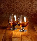 Δύο goblets του κονιάκ στην ξύλινη αντίθετη κορυφή Στοκ Φωτογραφίες