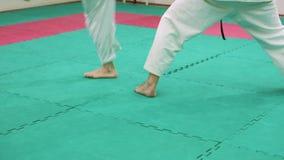 Δύο karate φορείς ανταγωνίζονται στο δαχτυλίδι 4k φιλμ μικρού μήκους