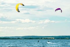 Δύο kiteboarders οδηγούν τα κύματα στοκ φωτογραφία