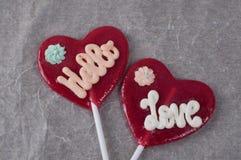 Δύο lollipops με μορφή της καρδιάς σε χαρτί Στοκ Εικόνες