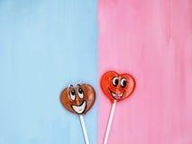 Δύο lollipops στο ρόδινο και μπλε υπόβαθρο άνδρας αγάπης φιλιών έννοιας στη γυναίκα κόκκινος αυξήθηκε στοκ φωτογραφία με δικαίωμα ελεύθερης χρήσης