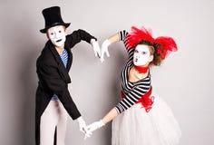 Δύο mime, καρδιά παντομίματος, έννοια ημέρας βαλεντίνων, έννοια ημέρας ανόητων Απριλίου Στοκ Φωτογραφία