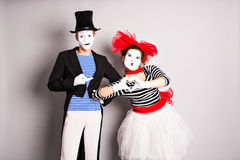 Δύο mime, καρδιά παντομίματος, έννοια ημέρας βαλεντίνων, έννοια ημέρας ανόητων Απριλίου Στοκ Εικόνες