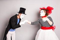 Δύο mime, φιλί παντομίματος, έννοια ημέρας βαλεντίνων, έννοια ημέρας ανόητων Απριλίου Στοκ Φωτογραφίες