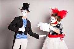 Δύο mimes με ένα σημάδι για τη διαφήμιση, έννοια ημέρας ανόητων Απριλίου στοκ φωτογραφία με δικαίωμα ελεύθερης χρήσης