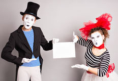 Δύο mimes με ένα σημάδι για τη διαφήμιση, έννοια ημέρας ανόητων Απριλίου στοκ εικόνα με δικαίωμα ελεύθερης χρήσης