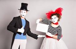 Δύο mimes με ένα σημάδι για τη διαφήμιση στοκ εικόνες