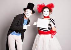 Δύο mimes με ένα σημάδι για τη διαφήμιση στοκ εικόνα