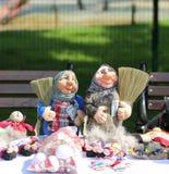 Δύο Mordovian κούκλες με τα οχήματα αποκομιδής απορριμμάτων και χρήματα στα χέρια Στοκ εικόνα με δικαίωμα ελεύθερης χρήσης