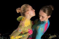 Δύο nude κορίτσια με το ζωηρόχρωμο καλλιεργημένο bodyart πυροβολισμό Στοκ Φωτογραφίες