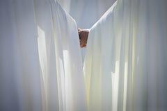 Δύο penitents χέρι-χέρι σε μια ιερή πομπή εβδομάδας Στοκ εικόνες με δικαίωμα ελεύθερης χρήσης