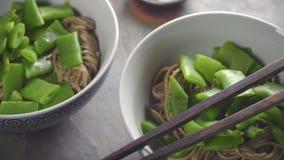 Δύο servings των νουντλς φαγόπυρου με τα πράσινα φασόλια απόθεμα βίντεο