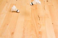 Δύο shuttlecocks στο πάτωμα γυμναστικής Στοκ Φωτογραφίες