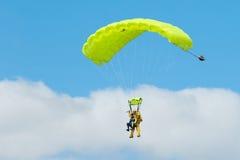 Δύο skydivers που εκτελούν τη ελεύθερη πτώση με αλεξίπτωτο με τα αλεξίπτωτα Στοκ φωτογραφία με δικαίωμα ελεύθερης χρήσης
