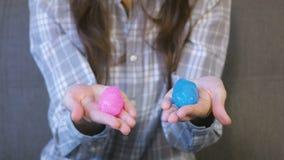 Δύο slimes οδοντώνουν και μπλε στα χέρια της γυναίκας Παιχνίδι με slime απόθεμα βίντεο