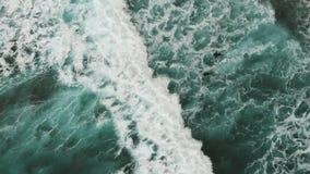 ( Δύο surfers που προσπαθούν να κολυμπήσει επί τόπου μέσω των γιγαντιαίων τυρκουάζ-χρωματισμένων κυμάτων Όμορφη άποψη από απόθεμα βίντεο