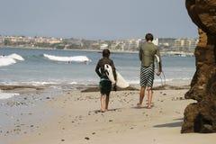 Δύο Surfers στην παραλία στοκ φωτογραφία
