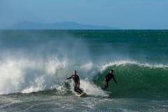 Δύο surfers συγκρούονται σχεδόν δεδομένου ότι πιάνουν το ίδιο κύμα στοκ εικόνες