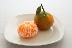 Δύο tangerines σε ένα πιάτο Στοκ Εικόνες